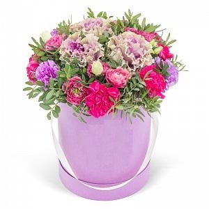 Цветы в коробке на белом фоне